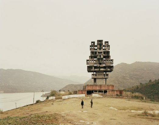Nadav Kander. Fengjie III (Monument to Progress and Prosperity), Chongqing Municipality, 2007. ©Nadav Kander. Cortesía Flowers Gallery