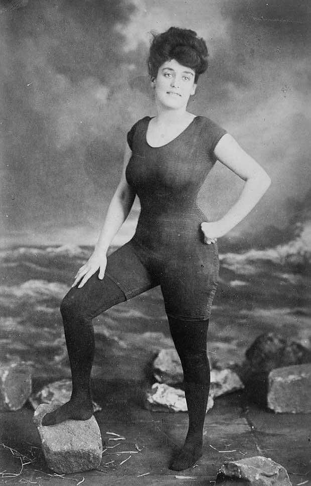 Annette Kellerman posa en su traje de baño y fue arrestada por indecencia. [1907]