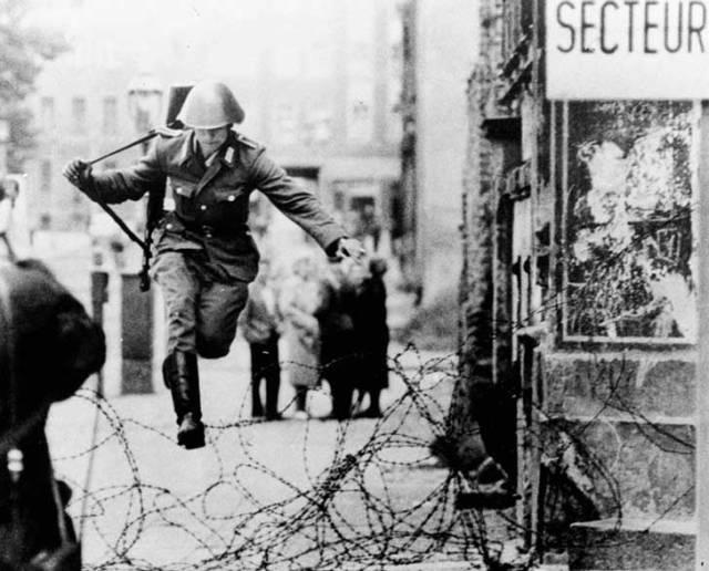 El soldado Hans Conrad Schumann, salta este alambre el 15 de agosto de 1961, a los 19 años de edad.