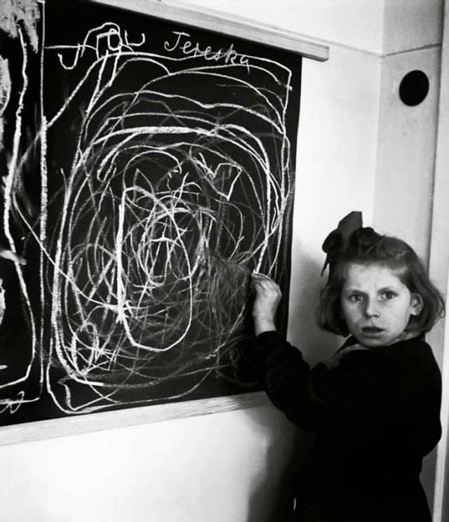 Esta niña después de haberse criado en un campo de concentración, dibuja su hogar en 1948.