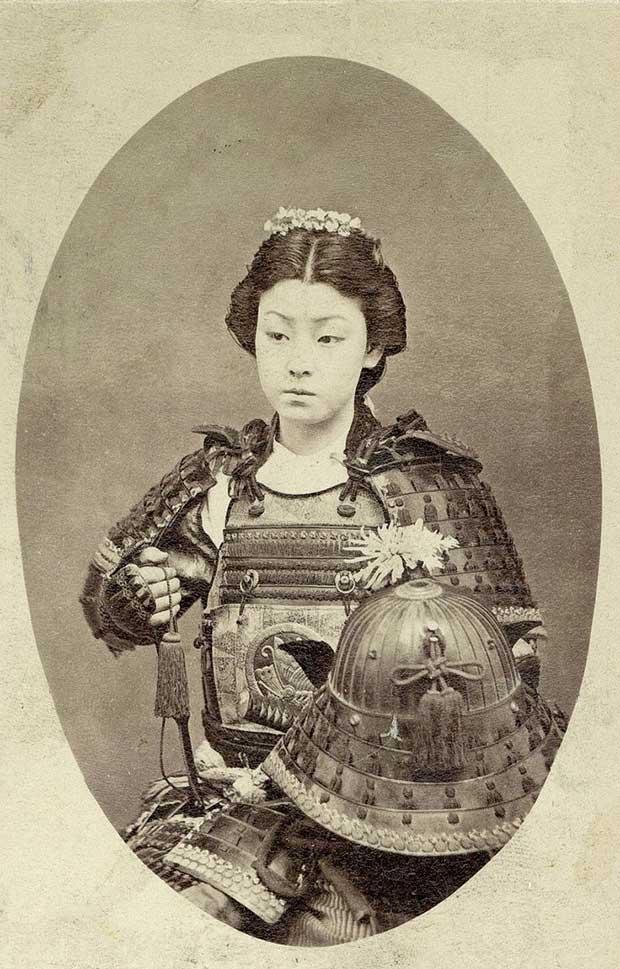 Foto de una guerrera Samurai. [1800s]