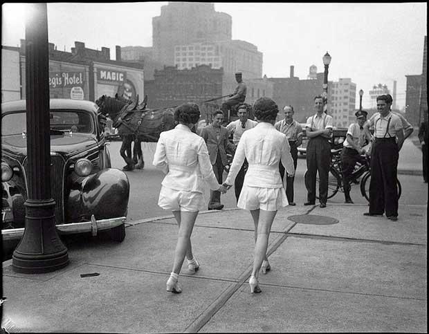Las primeras dos mujeres en pasearse con pantalones cortos en público en Toronto. [1937]