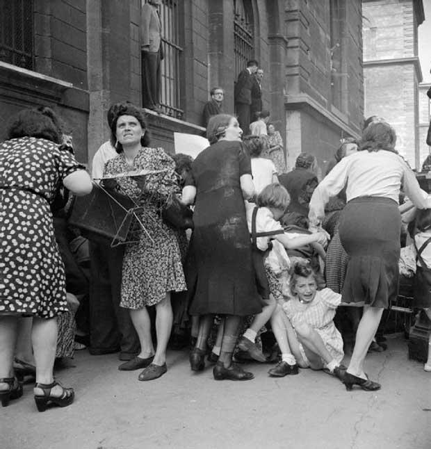 Madres parisinas escudan a sus hijos de fuego alemán. [1944]