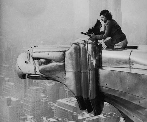 Margaret Bourke-White, una fotógrafa, escalando el edificio Chrysler. [1934]