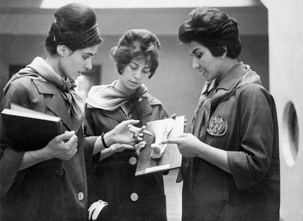 Mujer afgana estudia medicina. [1962]