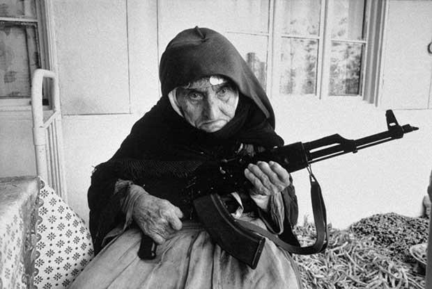 Mujer armenia de 106 años de edad protege su hogar con una AK-47. [1990]
