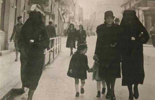 Una mujer musulmana cubre la estrella amarilla de su amiga judía con su velo, para protegerla de persecución. Sarajevo, ex-Yugoslavia. [1941]