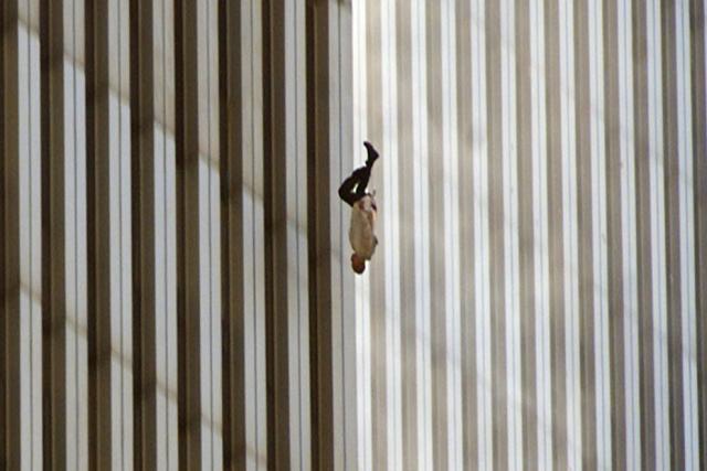 Hombre cayendo de las torres gemelas